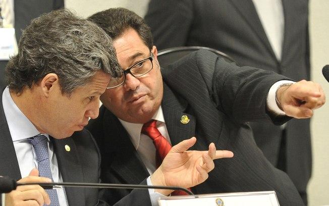 O presidente da CPI, senador Vital do Rego (d), conversa com o vice, Paulo Teixeira