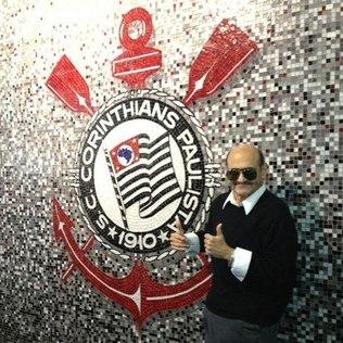 Edgar Vivar posa com o símbolo do Corinthians