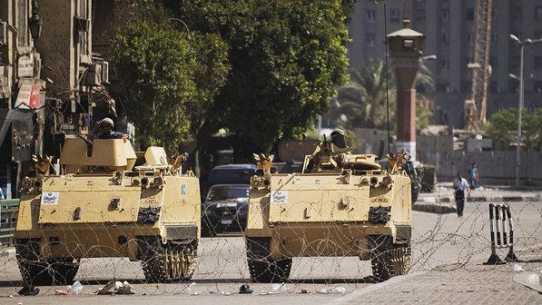 *Carros blindados do exército egípcio são vistos estacionados na entrada da Praça Tahrir, partidários do deposto presidente egípcio Mohamed Morsi anunciou novas manifestações (18/08/2013) - Gianluigi Guercia/AFP