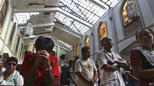 Missa foi realizada em igreja parcialmente destruída por tufão