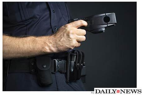 Mulher contou que não atendeu o pedido do policial e acabou sendo atacada com uma arma de choque Reprodução/nydailynews.com